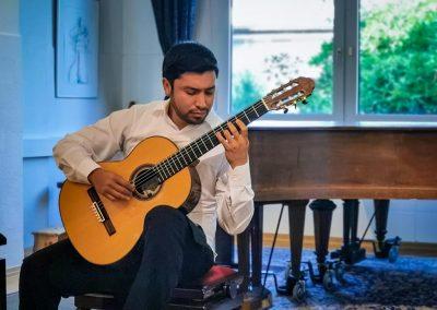 Missael Fragoso an der Gitarre im Musikstudio Paqué (2021)